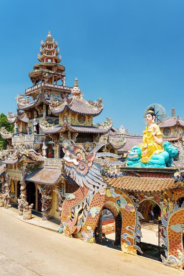 Linh Phuoc塔的侧视图马赛克样式的从shar 免版税库存图片