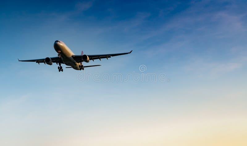 Linha aérea comercial Aterrissagem do avião comercial no aeroporto com o céu azul bonito e as nuvens brancas Voo da chegada Turis imagens de stock