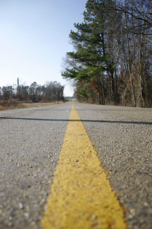 Linha amarela na estrada receding fotografia de stock royalty free