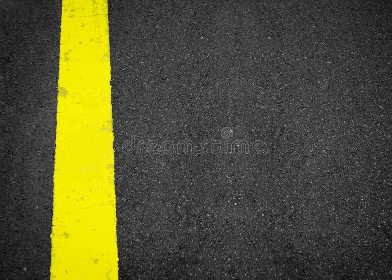 Linha amarela nova na textura da estrada, asfalto como o fundo abstrato foto de stock royalty free