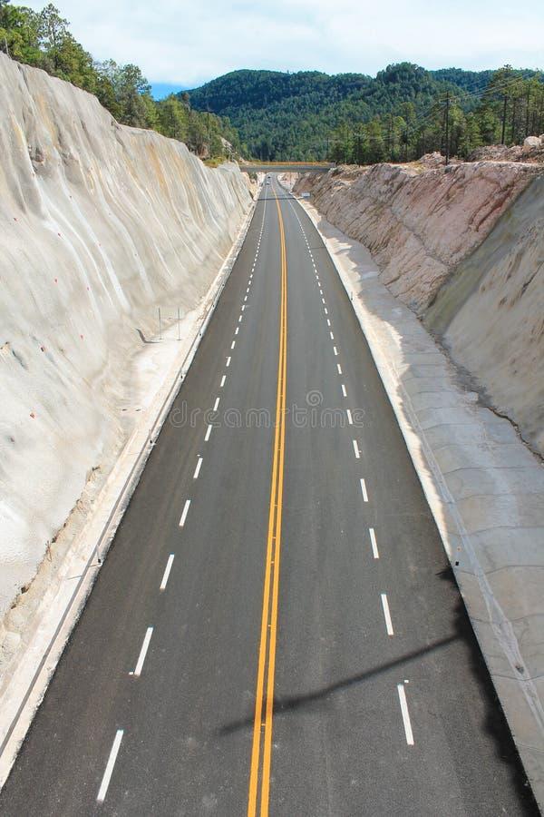 Linha amarela ponte reta no fundo fotos de stock