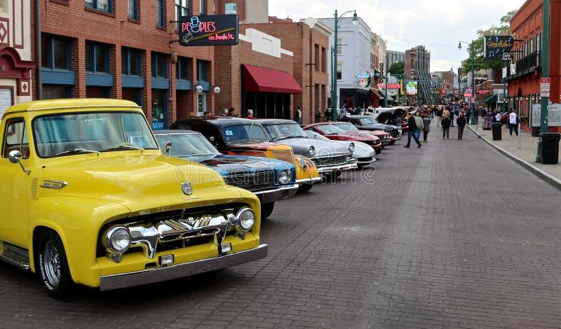 Linha antiga rua dos carros de Hotrod de Beale em Memphis imagem de stock