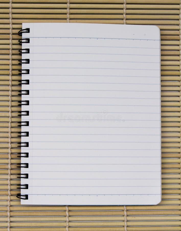 Linha azul branca vazia caderno espiral realístico do bloco de notas do papel sobre imagens de stock
