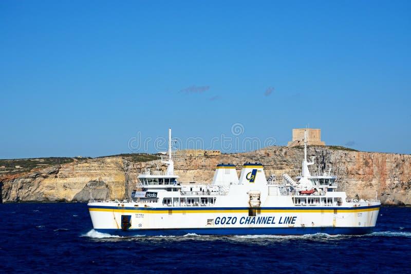 Linha balsa do canal de Gozo que passa Comino, Malta imagens de stock royalty free