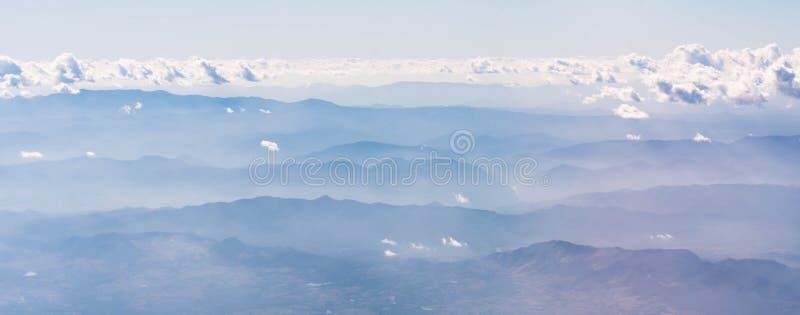 Linha bonita da montanha com névoa e crepúsculo fotografia de stock royalty free