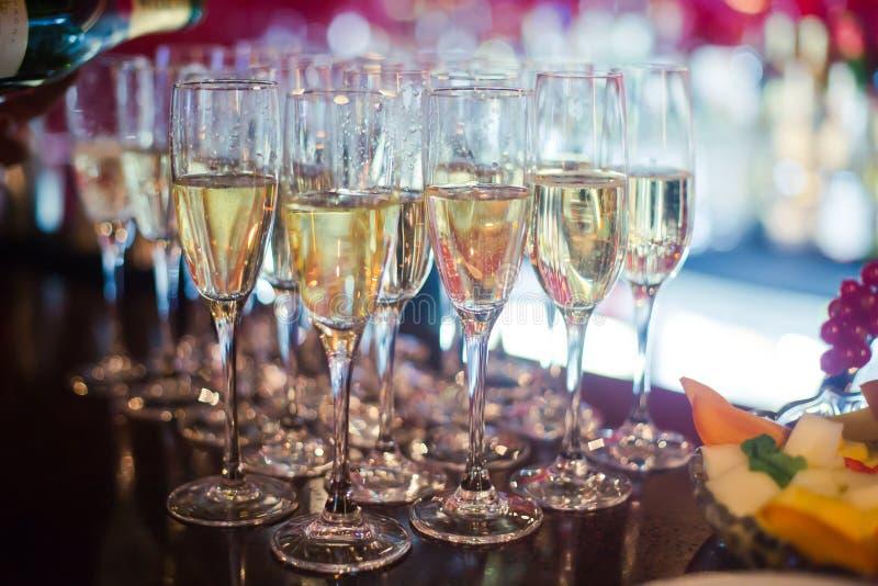 Linha bonita de cocktail coloridos diferentes do álcool com fumo em uma festa de Natal, em um tequila, em um martini, em uma vodc imagens de stock royalty free