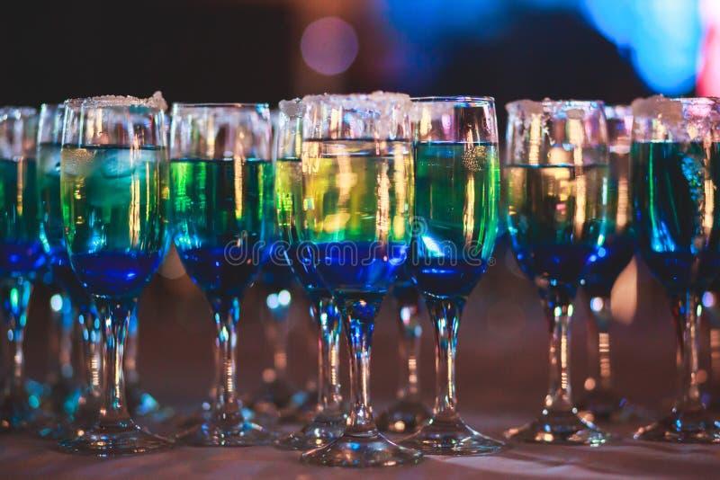 Linha bonita de cocktail coloridos diferentes do álcool com fumo em uma festa de Natal, em um tequila, em um martini, em uma vodc fotografia de stock