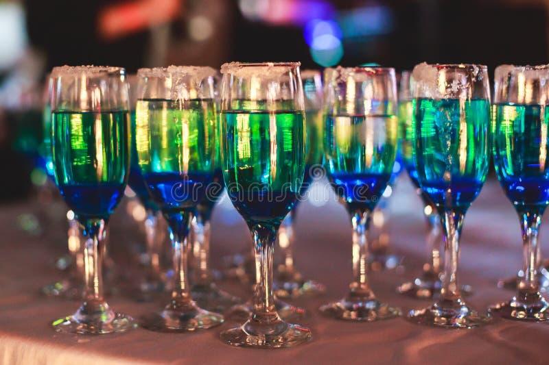 Linha bonita de cocktail coloridos diferentes do álcool com fumo em uma festa de Natal, em um tequila, em um martini, em uma vodc fotos de stock