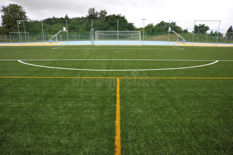 Linha branca e amarela do futebol - fotografia de stock