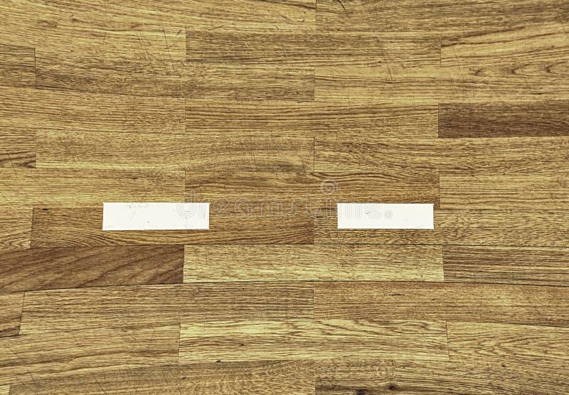 Linha branca na corte de madeira do assoalho Gym para jogar futsal foto de stock royalty free