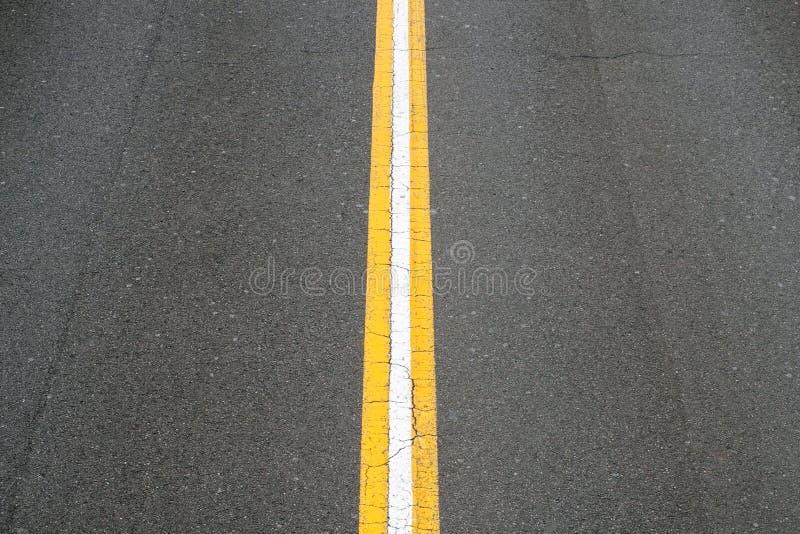 Linha branca na estrada asfaltada - rua de duas pistas - foto de stock royalty free