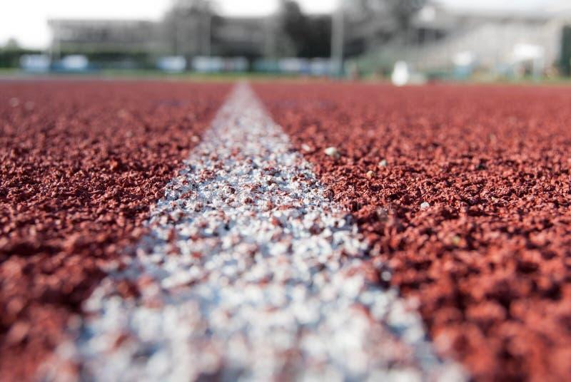 Linha branca na trilha atlética fotografia de stock royalty free