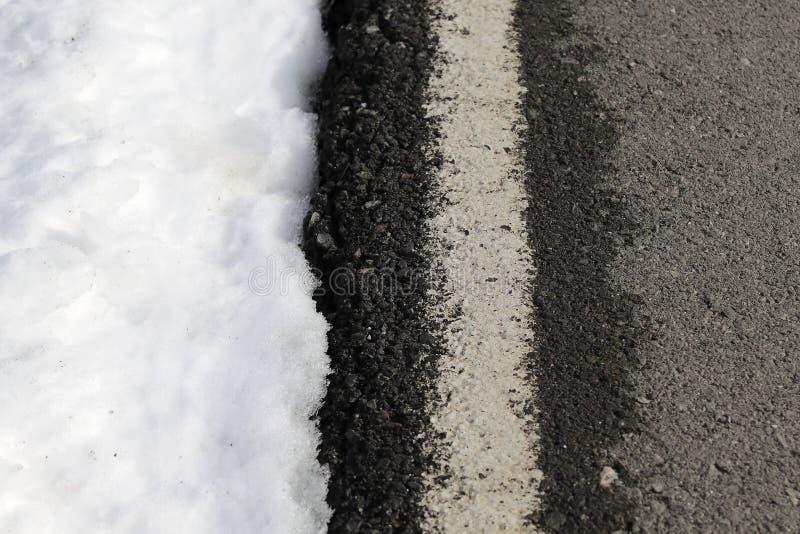 Linha branca tráfego da estrada do perigo da neve do inverno fotos de stock royalty free