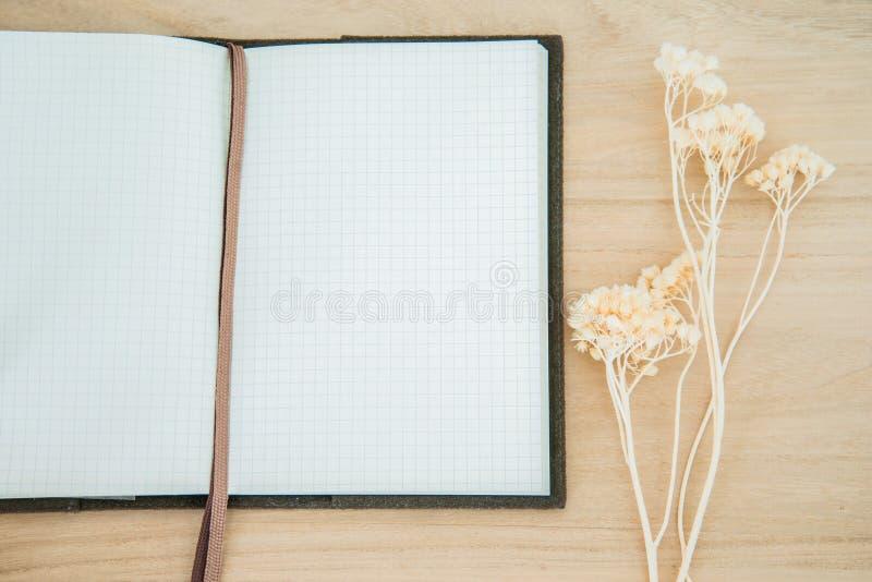 Linha caderno de papel aberto no fundo de madeira da textura imagem de stock royalty free