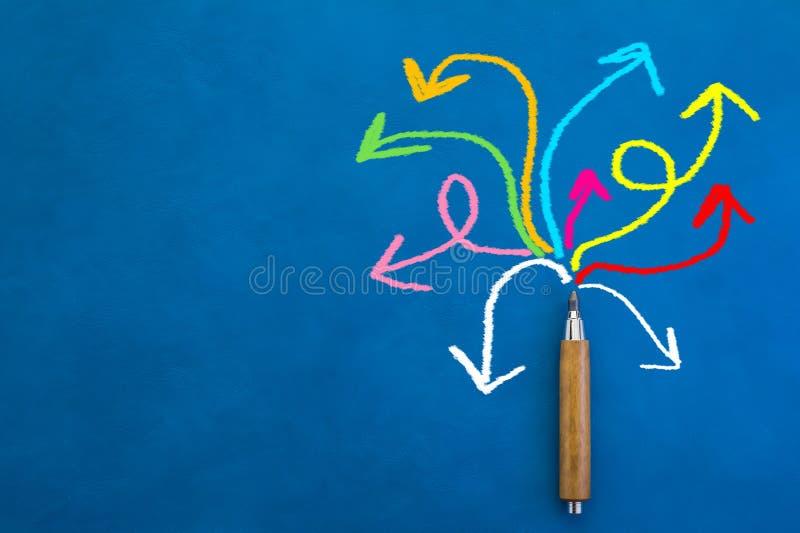 LINHA colorida da TRAÇÃO com conceito criativo das ideias do lápis de madeira imagens de stock