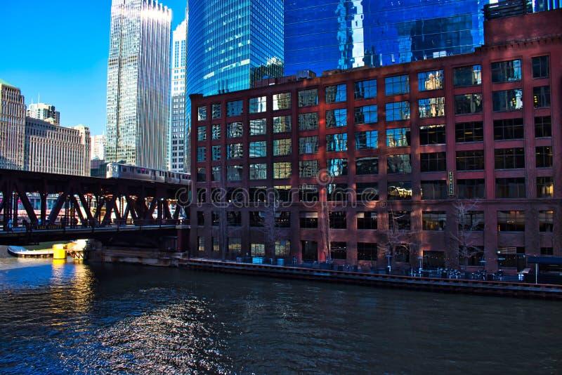 A linha cor-de-rosa trem elevado do ` do EL do ` na ponte da rua do lago em Chicago passa pelo mercado de mercadoria e sobre o Ch imagem de stock royalty free