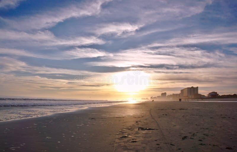 Linha costeira da praia no por do sol fotografia de stock royalty free