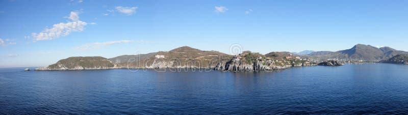 Linha costeira de abertura do porto em Zihuatanejo, México imagens de stock royalty free