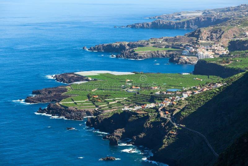 Linha costeira de lado do norte da ilha de Tenerife com Oceano Atlântico azul Vista aérea em plantações verdes Canário, Espanha,  imagem de stock royalty free