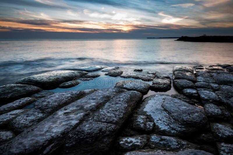 Linha costeira de Rocky Lake Ontario no por do sol foto de stock
