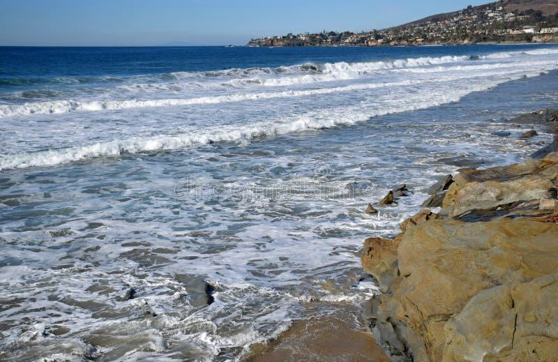 Linha costeira em ribeiros e em praia no Laguna Beach, Califórnia da rua do carvalho foto de stock royalty free