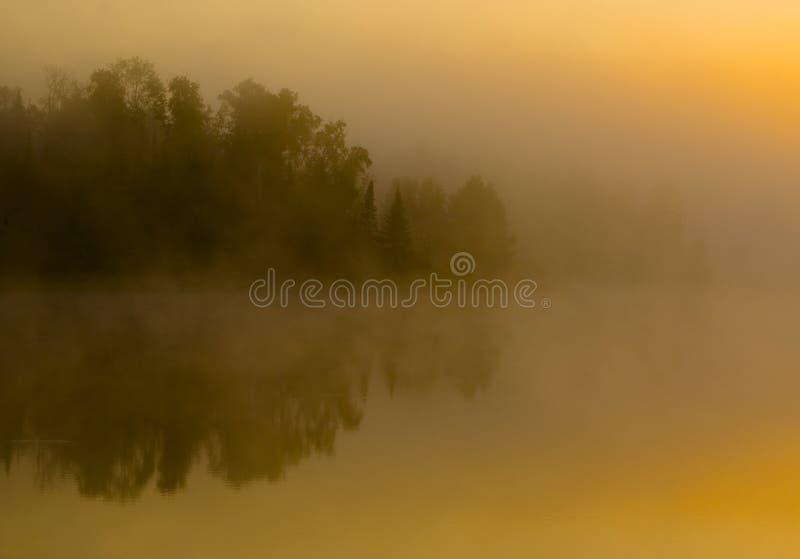 Linha costeira escondida na névoa imagens de stock