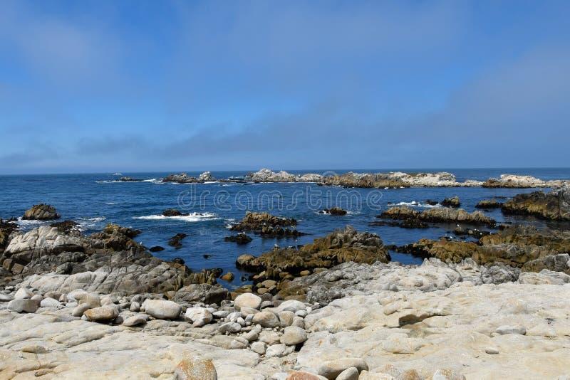Linha costeira na baía Califórnia de Monterey fotografia de stock