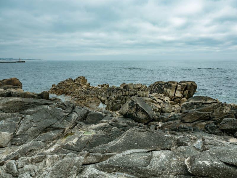 Linha costeira rochosa Costa atlântica de Portugal com oceano ao fundo e céu nublado em dia coberto imagens de stock