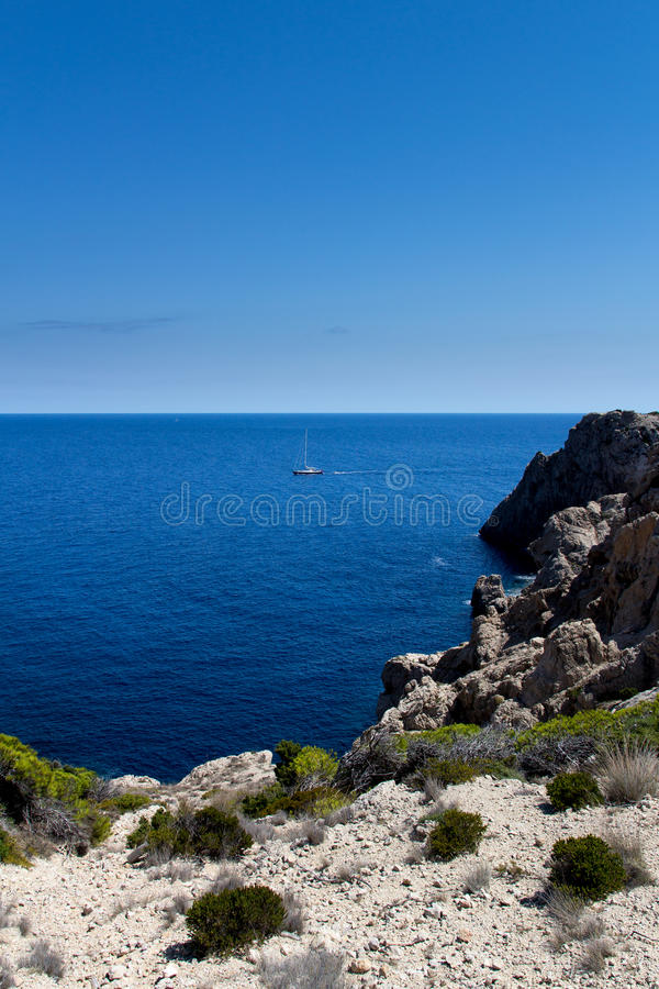 Linha da costa com barco foto de stock royalty free