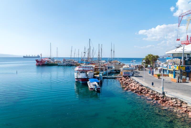 Linha da costa de Mar Vermelho com os navios em Eilat imagens de stock