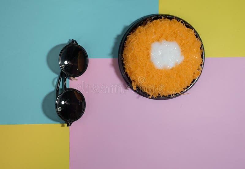 A linha da gema do ouro da configuração do plano da vista superior endurece, ou Tong de Foi do bolo do ` fotografia de stock