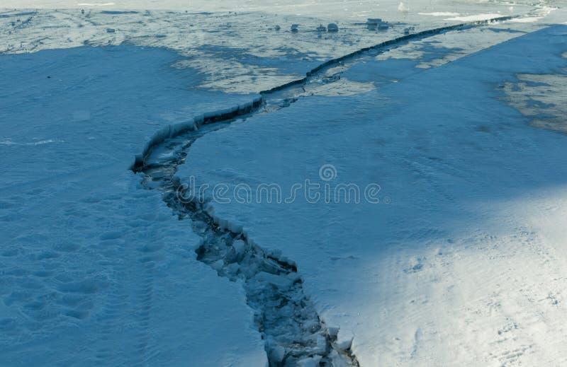A linha da quebra corre na superfície do lago congelado Baikal, Rússia imagem de stock royalty free