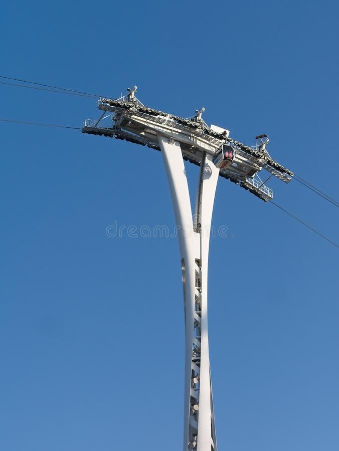 Linha de ar teleférico dos emirados que passa através da coluna fotografia de stock