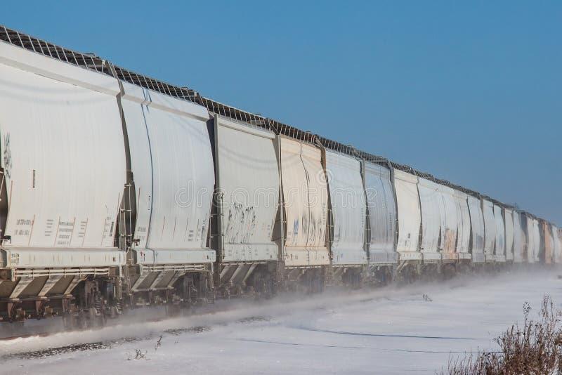 Linha de carros de trilho na neve fotografia de stock royalty free