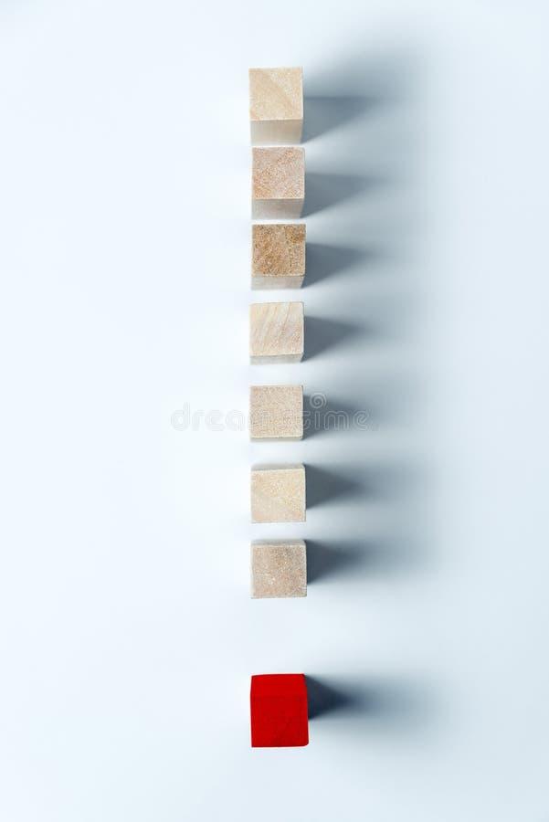 Linha de cubos de madeira sob a forma de uma marca de exclama??o Quadro vertical fotografia de stock royalty free