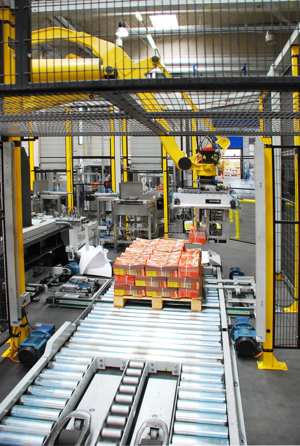 Linha de embalagem com robô fotografia de stock