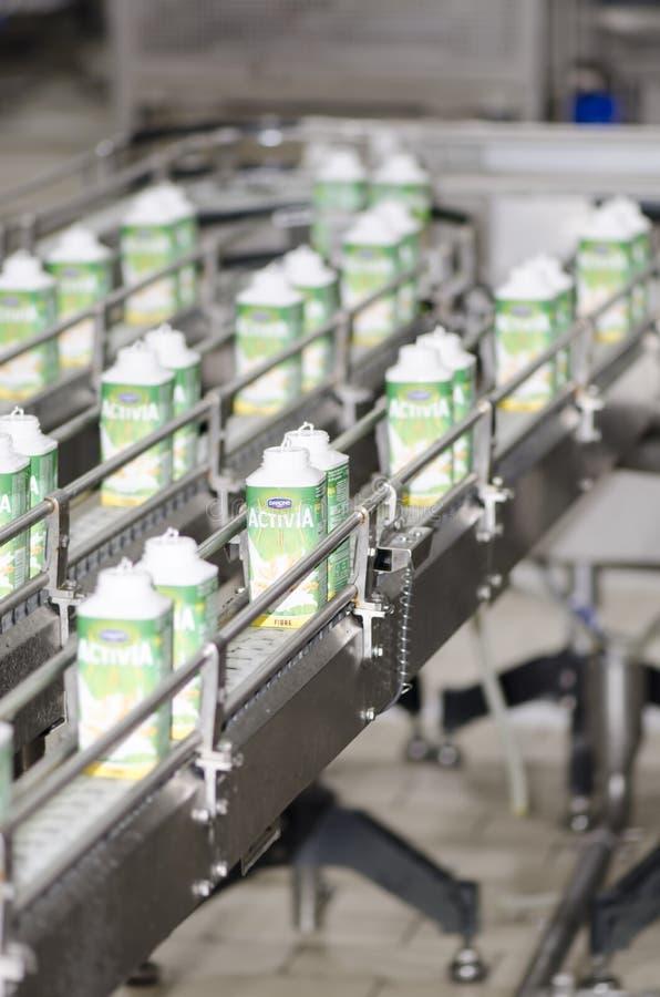 Linha de empacotamento do iogurte imagem de stock royalty free