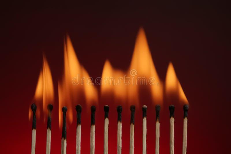 Linha de f?sforos ardentes foto de stock royalty free