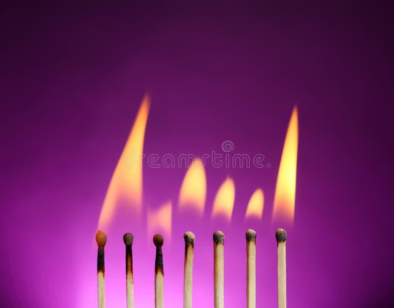 Linha de f?sforos ardentes foto de stock