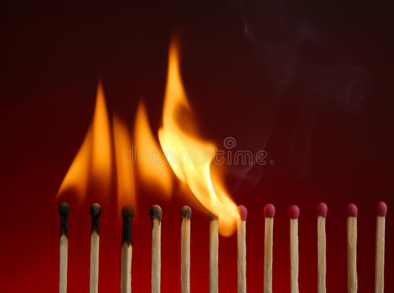 Linha de f?sforos ardentes imagem de stock