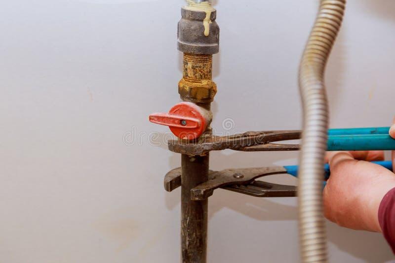 linha de gás da separação do gás natural para intoxicar o worktop perto do hob fotos de stock