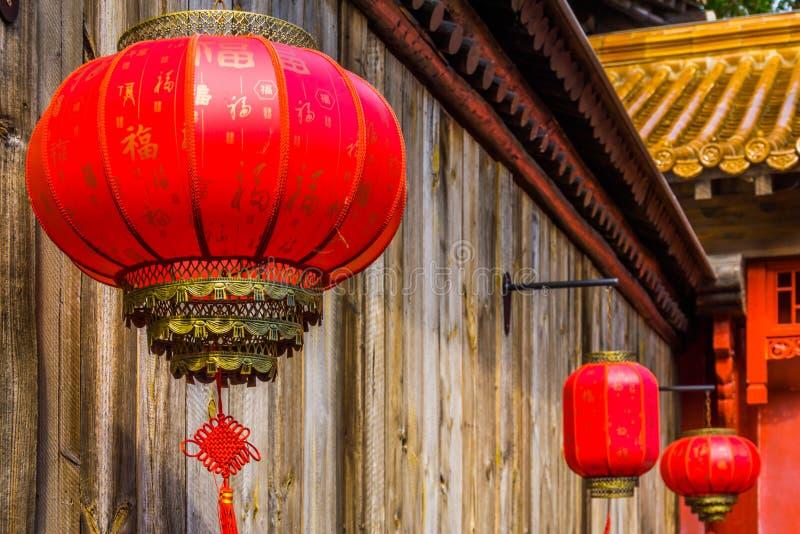 Linha de lanternas chinesas luxuosos, de lâmpadas tradicionais de Ásia, de celebração asiática do ano novo e de decorações foto de stock royalty free