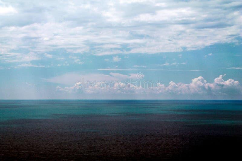 Linha de mar Beira entre céus azuis e mar fotos de stock royalty free
