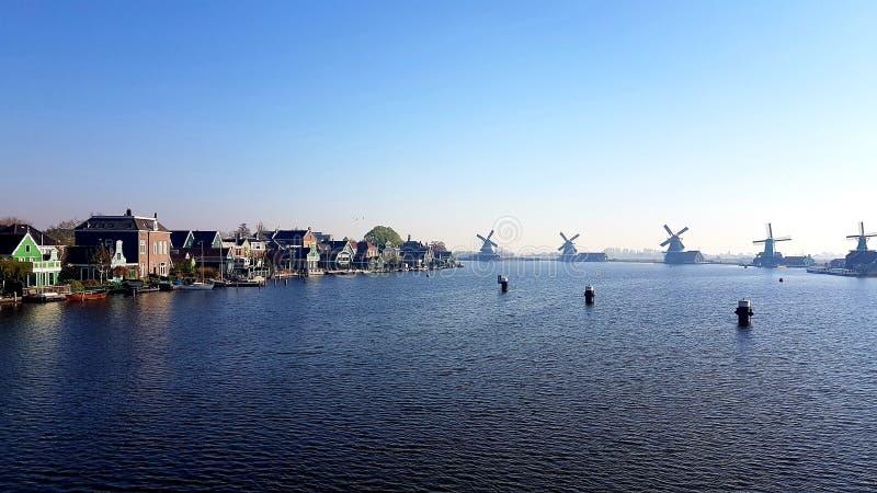 Linha de moinho pelo rio imagem de stock