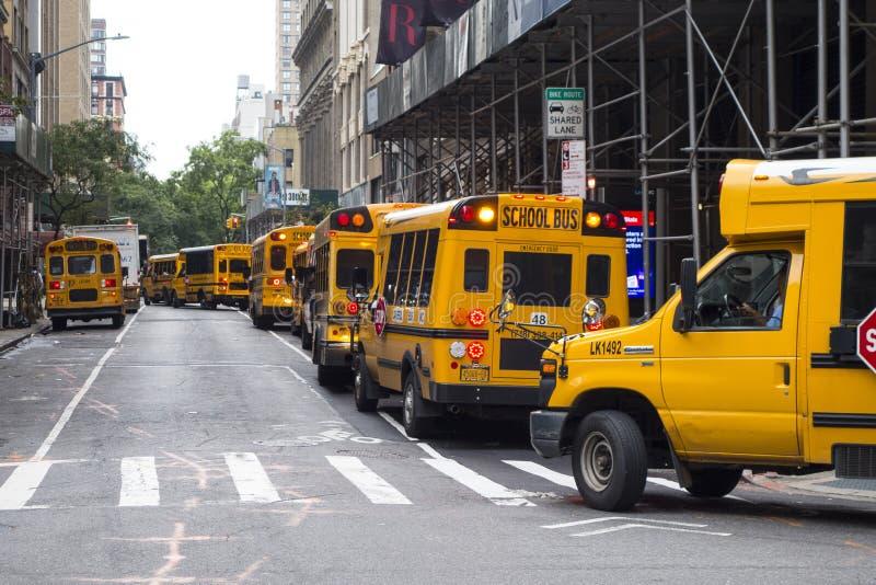 Linha de muitos ônibus escolares de volta às crianças urbanas New York City da cidade da escola, EUA, 09/30/2018 imagens de stock