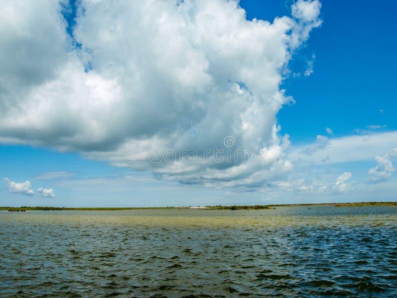 Linha de nuvens sobre Pea Island National Wildlife Refuge fotos de stock