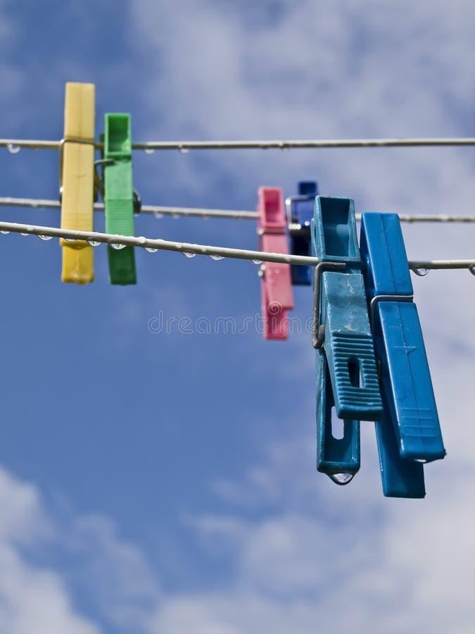 Linha de pano com Pegs da cor imagem de stock