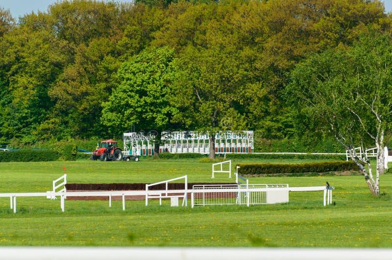 Linha de partida na pista com os obstáculos para cavalos imagens de stock royalty free