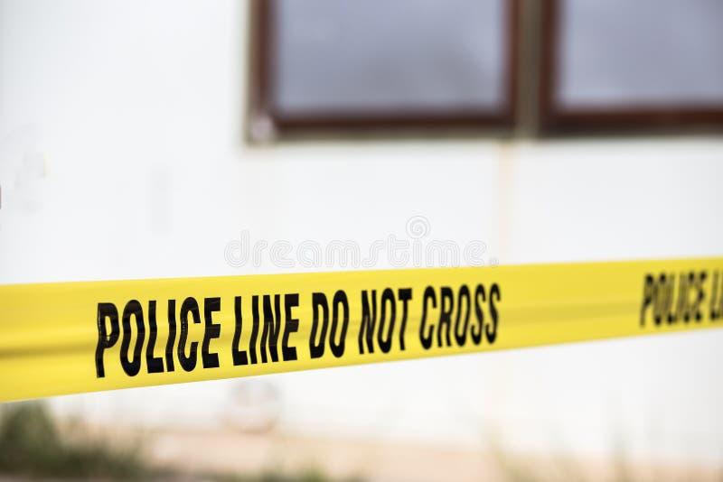 A linha de polícia não se cruza protege a cena do crime imagem de stock royalty free