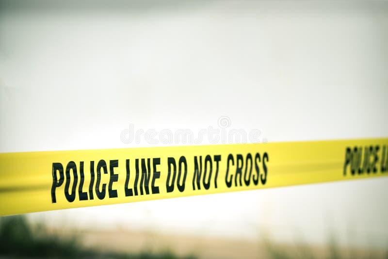 A linha de polícia não se cruza protege a cena do crime foto de stock